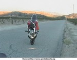 Stunts Suzuki GSX-R750, Nicely doing a one handed stopie grabbing the light.