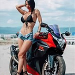 Women Suzuki GSX-R1000, a woman riding on the back of a motorcycle