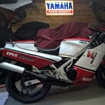 Production (Stock) Yamaha RD500/RZ500/RZV500, a red and black motorcycle a red and black Yamaha RD500/RZ500/RZV500 Sportbike